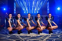 Beaux sexy aller-vont des filles de danseur posant à la boîte de nuit photos stock