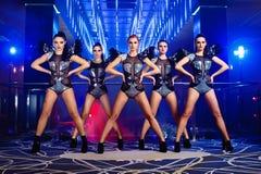 Beaux sexy aller-vont des filles de danseur posant à la boîte de nuit image stock