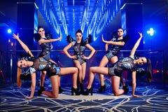 Beaux sexy aller-vont des filles de danseur posant à la boîte de nuit photo stock