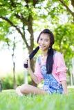Beaux shorts de l'adolescence de denim de chemise de rose de fille photographie stock