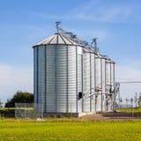 Beaux silos argentés dans le paysage Images libres de droits