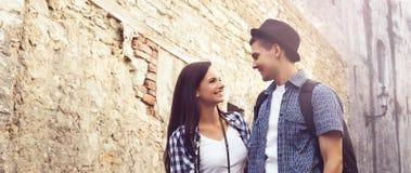 Beaux, souriants couples ayant une promenade agréable dans la vieille ville Photos stock