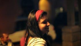 Beaux sourires de brunette clips vidéos