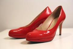 Beaux talons hauts en cuir rouges brillants avec un peu de plate-forme dans l'avant Photos stock