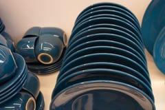 Beaux tasses et plats de couleur bleue photos stock