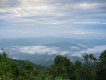 Beaux temps nuageux en montagnes, nuageux et brouillard Photos libres de droits