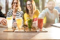 Beaux thés chauds colorés sur la table Photo libre de droits