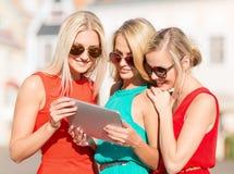 Beaux toursits de filles regardant dans le PC de comprimé Images libres de droits
