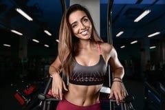 Beaux trains de femme de forme physique dans le gymnase Photographie stock libre de droits