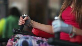 Beaux trains de jeunes femmes dans le gymnase banque de vidéos