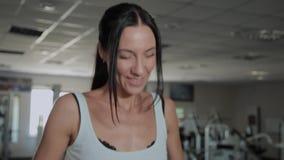 Beaux trains heureux sportifs de femme sur le tapis roulant dans le gymnase banque de vidéos
