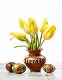 Beaux tulipes et oeufs de pâques jaunes Images libres de droits