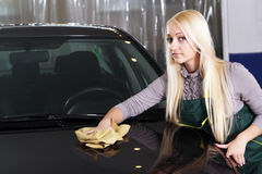 Beaux véhicules de lavage de fille photographie stock libre de droits