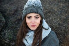 Beaux vêtements et chapeau chauds de port de sourire d'hiver de femme Photo libre de droits