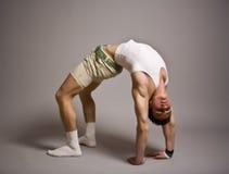 Beaux vêtements s'usants de séance d'entraînement de jeune homme Images stock