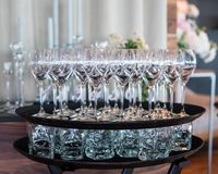 Beaux verres en verre au restaurant Images libres de droits