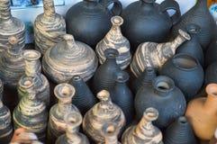 Beaux vieux appareils de cuisine de poterie traditionnelle naturelle d'argile, plats, cruches, vases, pots, tasses Le fond photographie stock libre de droits