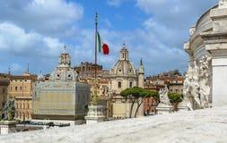 Beaux vieux hublots à Rome (Italie) Colonne du ` s d'églises, de Trajan et drapeau italien - vue de monument de Vittorio Emanuele Images stock