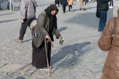 Beaux vieux hublots à Rome (Italie) 3 décembre 2017 : Mendiant de femme demandant l'aumône dedans image libre de droits