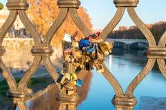 Beaux vieux hublots à Rome (Italie) 4 décembre 2017 : Serrures d'amour sur le pont à Rome Photo libre de droits
