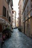 Beaux vieux hublots à Rome (Italie) 4 décembre 2017 : Vieille rue à Rome, Italie image libre de droits
