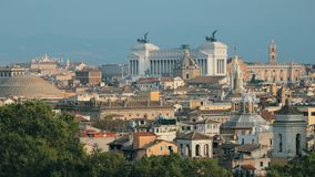 Beaux vieux hublots à Rome (Italie) Horizon de paysage urbain avec le Panthéon, l'autel de la patrie et d'autres points de repère banque de vidéos