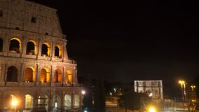 Beaux vieux hublots à Rome (Italie) Le Colisé la nuit Voûte triomphale de Constantine banque de vidéos