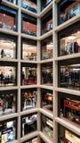 Beaux vieux hublots à Rome (Italie) Novembre 2017 Étalages de luxe et marques célèbres dans un mail Image libre de droits