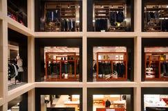 Beaux vieux hublots à Rome (Italie) Novembre 2017 Étalages de luxe et marques célèbres dans un mail Photographie stock