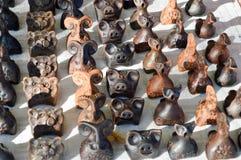 Beaux vieux jouets pour enfants bruns de poterie traditionnelle naturelle d'argile, sifflements sous forme d'animaux, porcs, mout photographie stock libre de droits
