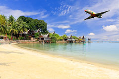Beaux vue de mer et atterrissage d'avion Photographie stock libre de droits