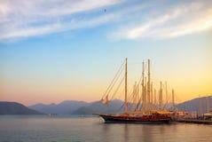 Beaux yachts au coucher du soleil dans la baie de la mer Méditerranée Photos libres de droits