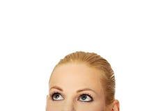 Beaux yeux femelles recherchant pour le copyspace ou quelque chose Photo libre de droits