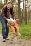 Bebê que aprende andar no parque fotografia de stock