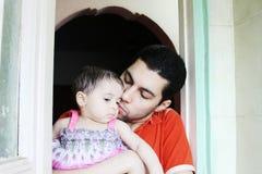 Bebé árabe con el padre fotos de archivo