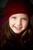 Bebé 3 años con los dientes azules del ojo y blancos en una boina roja Pelo de largo Imágenes de archivo libres de regalías