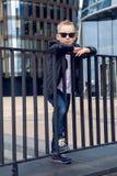 Bebé 7 - 8 años en gafas de sol Imágenes de archivo libres de regalías