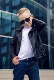 Bebé 7 - 8 años en gafas de sol Fotografía de archivo