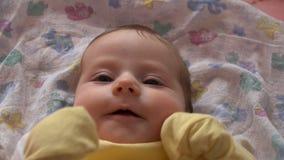 Bebé activo que mira y que juega almacen de video