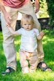 Bebé adorável que faz primeiras etapas Foto de Stock