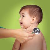 Bebé adorable con el doctor para un examen pediátrico Imagenes de archivo