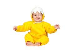 Bebé adorable con el traje del pollo imagenes de archivo