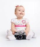 Bebé adorable con la cámara retra Imagen de archivo
