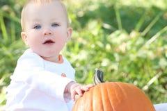Bebé adorable con la calabaza Foto de archivo libre de regalías