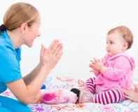 Bebé adorable con la niñera Fotos de archivo libres de regalías