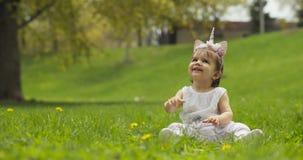 Bebé adorable en el parque vestido como unicornio almacen de metraje de vídeo