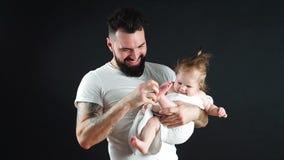 Bebé adorable en las manos de los padres metrajes