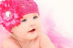 Bebé adorable en sombrero de la flor Fotografía de archivo