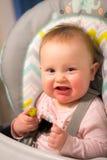 Bebé adorable que come una salmuera por primera vez Foto de archivo