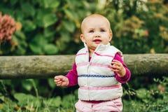 Bebé adorable que juega afuera Fotos de archivo